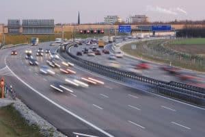 Der Einfädelungsstreifen wird zur Auffahrt auf die Autobahn genutzt.