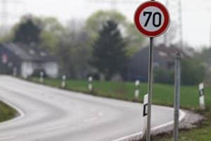 Die Einhaltung der Höchstgeschwindigkeit auf der Landstraße dient der Verkehrssicherheit.