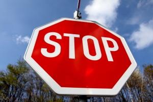 Steht an einer Einmündung dieses Schild, müssen Sie Vorfahrt gewähren.