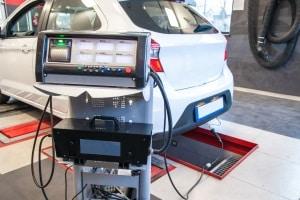 Keine Emissionsschlüsselnummer in den Fahrzeugpapieren? Welche Emissionen Ihr Kfz ausstößt, können Sie auch beim TÜV testen lassen.