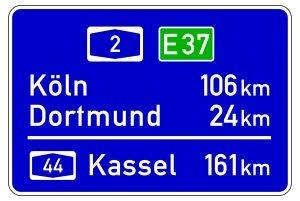 Auf Autobahnen in Deutschland wird eine Europastraße auf dem Schild für die Entfernungshinweise angegeben.