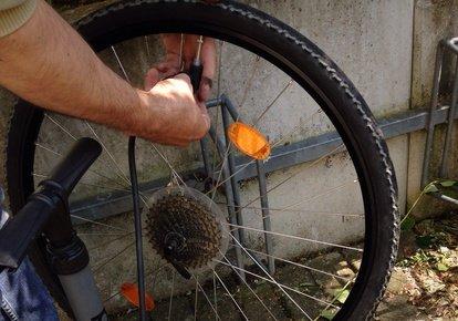 Auch Fahrradreifen müssen im Winter überprüft werden.