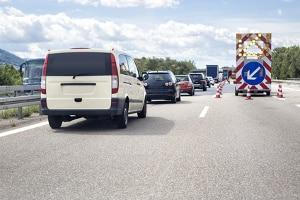 Durch das Reißverschlussverfahren bei einer Fahrbahnverengung sollen Staus verhindert werden.