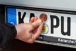 Nicht vergessen: Etwa alle zwei Jahre geht es zur HU. Auf das Fahren ohne gültige TÜV-Plakette steht ein Bußgeld und nach gewisser Zeit auch ein Punkt.
