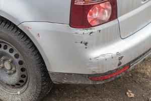 Fahrerflucht: Laut StGB reicht es nach einem Parkschaden nicht aus, einen Zettel am Fahrzeug zu hinterlassen.