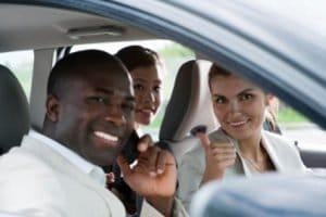Eine Fahrgemeinschaft reduziert die Umweltbelastung.