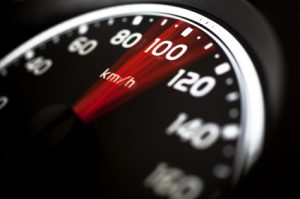 Fahrlässige Tötung im Straßenverkehr geschieht oft durch überhöhte Geschwindigkeit.