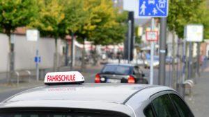 Bei einer Fahrprüfung hängt die Dauer von der Führerscheinklasse, die erworben werden soll, ab.
