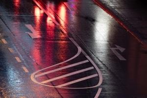 Fahrrad fahren bei Regen: Denken Sie daran, dass auf einer nassen Fahrbahn der Bremsweg länger ist.