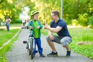 Mit dem Fahrrad fahren lernen: Ab wann der Unterricht losgeht, sollte das Kind selbst bestimmen.