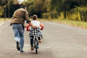 Fahrrad fahren: Viele Kinder lernen den Umgang mit dem Drahtesel spielerisch.