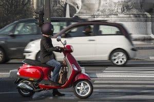 Wie bei einem Roller benötigen Sie auch auf einem Fahrrad mit Hilfsmotor einen Helm.