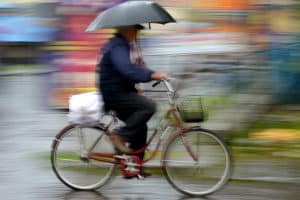 Was gilt es zu beachten, wenn Sie mit dem Fahrrad bei Regen unterwegs sind?