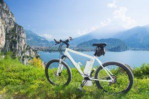 Bei einem Fahrrad den Umbau zum E-Bike vornehmen: Dabei entfällt stets die Gewährleistung.