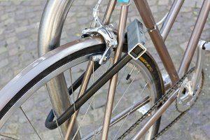 Effektiv ein Fahrrad vor Diebstahl schützen: Bei teuren Rädern sollte am Schloss nicht gespart werden.