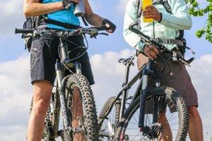 Eine Fahrradbeleuchtung mit Batterie ist dazu geeignet, ein Mountainbike nachzurüsten.