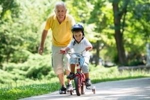 Fahrradfahren lernen: Mit oder ohne Stützräder? Die Experten sind sich einig.