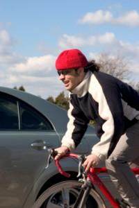 Wenn Sie einen Fahrradfahrer mit dem Auto überholen, sollten Sie besonders vorsichtig sein.