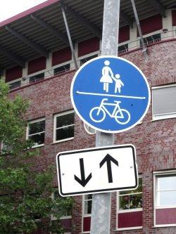 Auf einem Fahrradweg kann die Fahrtrichtung durch Zusatzschilder angezeigt werden.