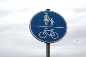 Zeichen 240: Als Fahrradweg und durch Fußgänger nutzbar.