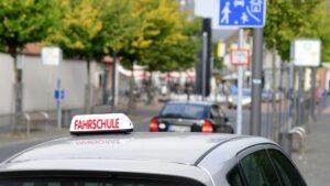 In der Fahrschule üben Sie mit einem Fahrlehrer das Verhalten im Straßenverkehr.