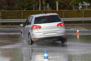Ein Fahrsicherheitstraining wird in Deutschland von vielen unterschiedlichen Stellen angeboten.