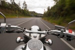 Zu einem Fahrsicherheitstraining fürs Motorrad gehören auch Bremsübungen.