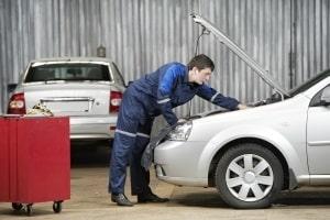 Vor einem Fahrsicherheitstraining auf der Rennstrecke sollte das Auto geprüft werden.