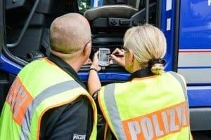 Unternehmen müssen Ihre LKWs mit einem digitalen Fahrtenschreiber nachrüsten.