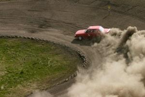 Das Fahrtraining auf einer Rennstrecke beinhaltet Fahrten bei verschiedenen Geschwindigkeiten.