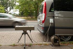 Wer mit überhöhter Geschwindigkeit geblitzt wird, kann ein Fahrverbot erhalten - ggf. 2 Monate am Stück.