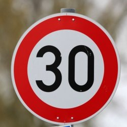 Um ein Fahrverbot für Diesel in Freiburg zu verhindern, soll auf der B 31 Tempo 30 eingerichtet werden.