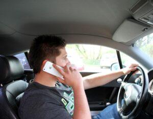 Ab wie viel Punkten droht ein Fahrverbot? Auch beim  Handy am Steuer?