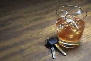 Fahrverbot wegen Alkohol: Wer zu alkoholisiert mit dem Auto fährt, muss mit hohen Strafen rechnen.