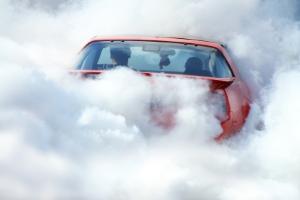 Ein Fahrzeugbrand beginnt meist mit Qual aus dem Motorraum.