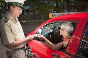 Sie müssen als Fahrer den Fahrzeugschein im Auto mitführen.