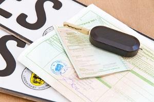 Jedes Auto erhält mit einer neuen Zulassung auch einen Fahrzeugschein mit Fahrzeugbrief, zusammen mit zwei Nummernschildern.