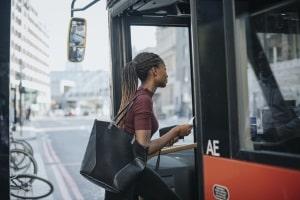 Um dem Feinstaubalarm ein Ende zu bereiten, gibt es bspw. vergünstigte Tickets für Bus und Bahn.