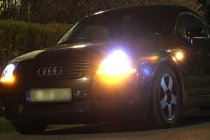 Das Fernlicht am Auto sorgt nachts für Weitsicht.