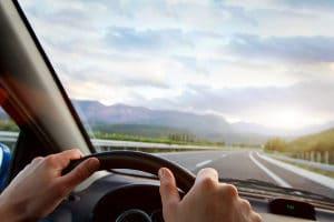 Fernsehen beim Autofahren: Die Aufmerksamkeit des Fahrers liegt nicht nur beim Verkehr.
