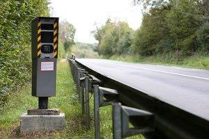 Feste Blitzer sind in Rheinland-Pfalz häufig in der nähe von Landstraßen aufgestellt.