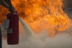 Mit einem Feuerlöscher im Auto können Sie ggf. verhindern, dass die Flammen sich weiter ausbreiten.