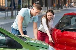Fingierter Unfall: Befürchten Sie Versicherungsbetrug, rufen Sie sofort die Polizei.