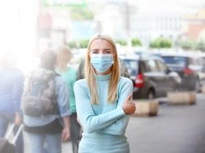 Nicht nur in Flugzeugen soll die Maskenpflicht gelten, sondern auch vor und im Flughafen.