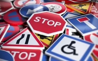 In Frankreich erfüllen Verkehrsschilder Aufgaben der Verkehrslenkung.