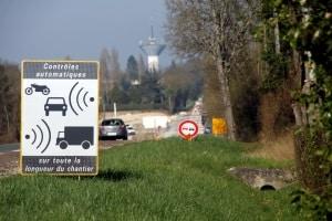 Französische Verkehrszeichen weisen oft auch auf eine Verkehrsüberwachung hin.