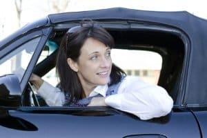 Frau blickt zurück beim Rückwärtsfahren