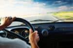 Bei einer Freisprecheinrichtung, muss der Fahrer zum Telefonieren nicht für längere Zeit den Blick von der Straße wenden.