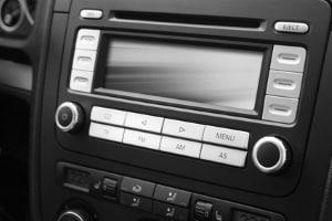 Zu den festverbauten Modellen gehört die Freisprecheinrichtung, die über das Radio im Auto installiert wird.