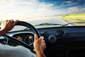 Bei einer Freisprecheinrichtung muss der Fahrer zum Telefonieren nicht für längere Zeit den Blick von der Straße wenden.